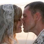 新郎亲吻新娘人体艺术摄影