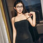 戴眼镜的美女秘书酒店黑色吊带性感火辣内衣秀私房照