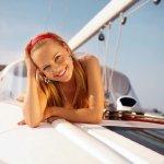 趴在游轮上的比基尼美女大胆人艺体图片