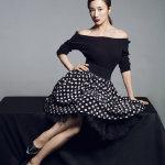李依晓露肩短裙迷人写真