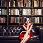 王智性感红裙写真展女王气质