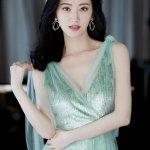 高颜值优雅美女景甜惹火开胸长裙品牌代言人写真图片