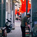 北京街头小巷子挂满五星红旗图片